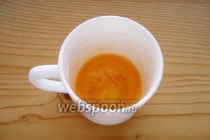 Сливочное масло поместить в чашку и поставить в микроволновку на несколько секунд, чтобы масло растаяло. Разбить в чашку яйцо, посолить, поперчить и взболтать вилкой.