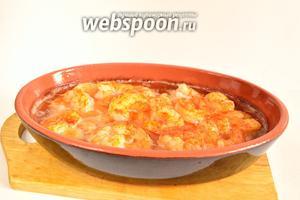 Подаём очень горячими, пока ещё масло бурлит, а креветки делают пиль-пиль). Едят это блюдо с хлебом, макая его в горячее чесночное масло.