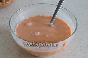 Томатную пасту смешайте с водой, сметаной, добавьте сахар, соль и перец. Попробуйте на вкус, добавьте чего не достаёт на ваш вкус. Влейте разведённый крахмал с водой. Хорошо перемешайте. Заливка готова.