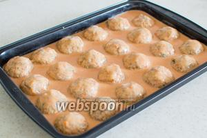 Залейте этой заливкой тефтели. Заливка должна покрыть хотя бы на половину тефтели. Накройте форму фольгой и отправьте в горячую духовку.