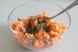 Добавьте измельчённые овощи к мясному фаршу, посолите, поперчите по вкусу, можно добавить специи.