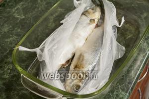 Укладываем рыб в пакет.