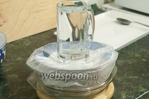 Помещаем кастрюльку с засоленным балыком в пакет. Из крышки делаем поддон. Концы пакета заворачиваем внутрь. Прикрываем рыбу тарелкой или дощечкой подходящего диаметра. Делаем гнёт из ёмкости с водой, камня. И отправляем рыбу в холодильник на 5-6 дней.