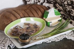 И хлеб, и балык из толстолобика мы приготовили раньше, поэтому эти простые канапе с балыком из толстолобика и зелёным луком нам удастся приготовить молниеносно.