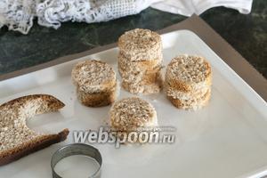 Нам нужно отрезать 6 кусков цельнозернового хлеба. Круглой высечкой для печенья сделаем по 2 одинаковых кружка из каждого куска хлеба, не затрагивая корок.