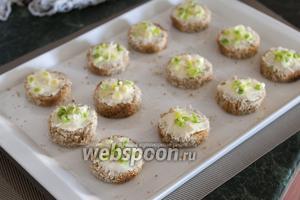 Кусочками зелёного лука покроем слой масла.