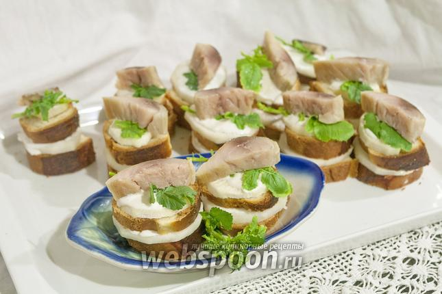 Фото Канапе из томатного хлеба, скумбрии и дайкона