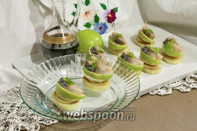 Фото Канапе с провесной скумбрией и яблоком