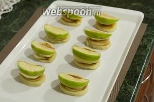 На горчичный слой укладываем яблочную дольку.
