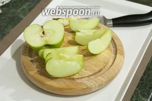 1/2 сочного зелёного яблока очищаем от серединки и нарезаем на 8 сегментов (полезно обработать срезы лимонным соком, чтобы яблоко не темнело).