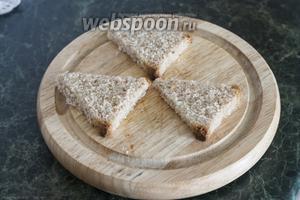 Обрезаем корки на хлебе и вырезаем из него 6 одинаковых кусков.