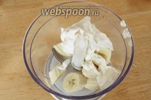 В чашу блендера порубить бананы и положить сметану. Измельчить в пюре.