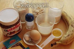 Для приготовления маффинов нужно взять муку, масло, яйцо, соду, разрыхлитель, переспелый банан, сахар, молоко и шоколадная паста.