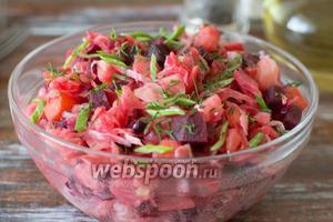 Салат отправьте на некоторое время в холодильник и дайте ему немного настояться, так он станет ещё вкуснее. А при подаче на стол, украсьте салат порезанный  зеленью укропа и зелёного лука. Приятного аппетита!