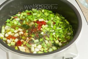 Заливаем овощи куриным бульоном и добавляем немного остроты при помощи сухой аджики.