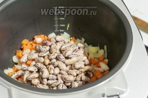 Перемешав спассерованные овощи, добавляем фасоль.