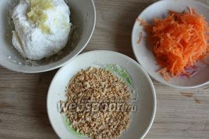 В творог добавляем чеснок, соль, перец. На мелкую тёрку натираем морковь. Дробим арахис.