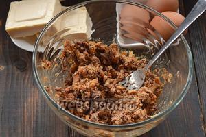 Томатный соус из консерв слить, а сардину размять вилкой.