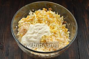 Соединить рыбу, сырок, яйца и майонез. Добавить соль по вкусу, если надо.