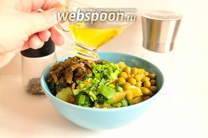 В салатник сложить картофель, яйца и лук. Добавить 2,5 столовых ложки морской капусты и горошек. Заправить салат душистым подсолнечным маслом, посолить и поперчить по вкусу.
