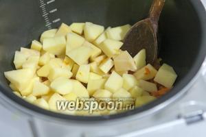 Теперь закладываем картофель средней нарезки.