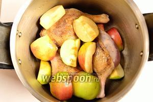 На дно скороварки положить 1/2 яблок. На них выложить утку, а сверху оставшиеся яблоки. Слить сюда же соки из сковороды после обжарки и немного воды (50-70 мл). Ещё раз немного посолить (0,5 чайной ложки).