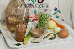 Куриный фарш без кожи у нас готов. Для супа с фрикадельками нам понадобится немного овощей, яйцо и специи. Вместо воды можно использовать куриный бульон.