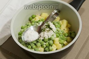 Солим наш детский суп, стараясь добавить поменьше соли (для взрослого вкуса это должно быть пресноватое блюдо).