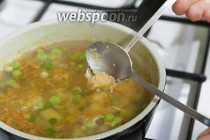 Через 5 минут после закипания супа, выкладываем в него 2 коктейльными ложками маленькие фрикадельки.