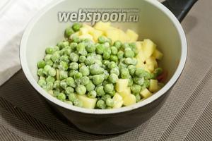 Добавляем замороженный или свежий (по сезону) зелёный горошек в ковшик или кастрюльку к нарезанным овощам.