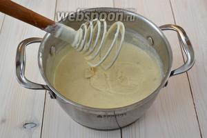 Поставьте кастрюлю на горячую плиту и, помешивая, дождитесь, когда соус станет однородным. Попробуйте, посолите, можно добавить по вкусу молотый перец.