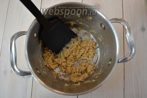 Затем положите в кастрюлю муку. Обжаривайте, помешивая, около 3 минут. Мука быстро приобретёт золотистый цвет, но в данном случае это заслуга горчицы. Следите, чтобы не подгорела.