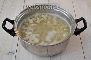 К этому времени вода для макарон уже должна кипеть. Положите пасту в воду, добавьте 1 чайную ложку соли и варите, согласно рекомендациям на упаковке. В результате макароны должны получиться, что называется, «al dente», то есть готовыми, но упругими, а не мягкими.
