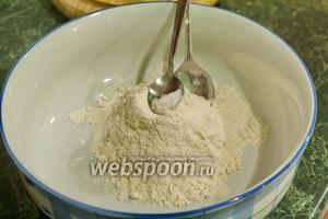 В это время займёмся приготовлением галушек. В просеянную муку добавим соль.