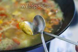 2 коктейльными ложками формуем клёцки цельнозерновые, закладывая их сразу в суп.