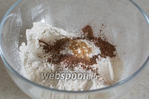 В глубокую миску просейте муку, добавьте какао, разрыхлитель, щепотку соли и 1/2 ч. л. не очень острого порошка перца чили.