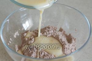 Перелейте молочную смесь к сухим ингредиентам.
