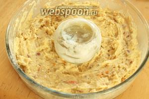 Перелить в форму, смазанную маслом и присыпанную мукой. Отправить в духовку и печь при температуре 180°С. Готовность проверить на сухую спичку. Не передержите кекс, иначе он станет сухим.