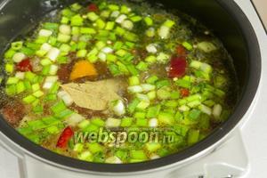 Заливаем водой и включаем режим «Варка супа» на 45 минут.