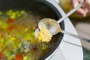 Через 30 минут 2 коктейльными ложками закладываем в суп маленькие фрикадельки.