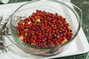 Снимаем ягоды калины с веточек и отправляем в кастрюльку к остальной витаминной начинке этого классического пирога.