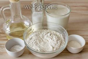 Для приготовления оладьев возьмите кефир, муку, сахар, соль, соду и растительное масло для жарки.