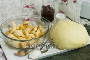 У нас есть  дрожжевое тесто на гусиных яйцах (в хлебопечке)/a>, очищенные от кожи и семян яблоки и тёмная консервированная вишня. Объединим эти продукты в аппетитные духовые сладкие пирожки.