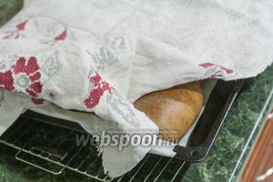 Оставляем готовые пирожки на 10 минут на листе, накрыв их натуральным полотенцем. А после перекладываем их на решётку для полного остывания. Приятных гастрономических впечатлений!