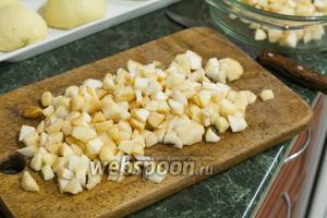 Пока порционное тесто будет отстаиваться, мы займёмся начинкой. Порежем очищенные яблоки на небольшие кусочки.