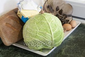 Все продукты для Зраз из савойской капусты с маслятами у нас готовы. Цельнозерновой хлеб лучше брать уже чёрствым и натереть его на тёрке, но мы сделаем из свежего хлеба сухарики, чтобы их затем использовать в панировке.