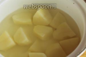 Для начинки отварить в подсоленной воде картофель.