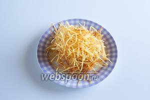 Солят картофель пай перед сервировкой.