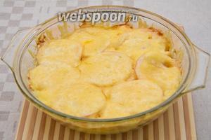Треска, запечённая с овощами и сыром, готова. Остаётся аккуратно выложить всё на блюдо и наслаждаться. Приятного аппетита!