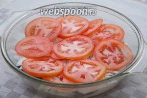Выкладываем помидорки на лук.